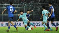 Aksi gelandang Persela, Hambali Tolib, ketika melawan Arema. (Bola.com/Iwan Setiawan)