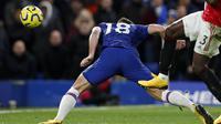 Gol pemain Chelsea, Olivier Giroud, tak disahkan VAR saat melawan Manchester United pada lanjutan Premier League di Stamford Bridge, Selasa (18/2/2020). (AFP/Adrian Dennis)