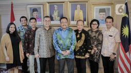 Duta Besar Malaysia untuk Indonesia, Zainal Abidin (keempat kanan) foto bersama dengan jajaran SCM usai pertemuan di Kedutaan Besar Malaysia, Jakarta, Rabu (22/1/2020). Pertemuan tersebut membahas kerja sama di sektor media. (Liputan6.com/Faizal Fanani)