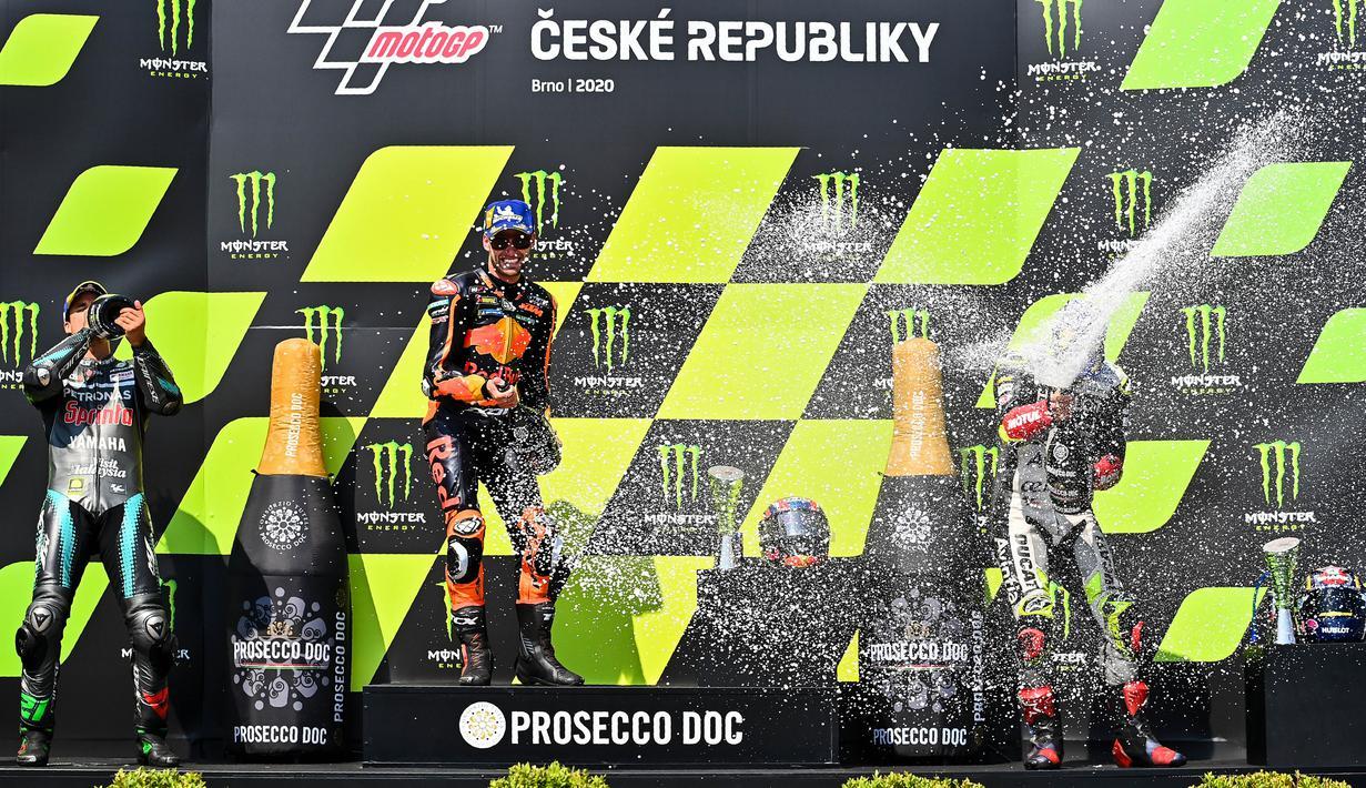 Pembalap Red Bull KTM Factory Racing, Brad Binder, melakukan selebrasi usai menjuarai balapan MotoGP Republik Ceska di Sirkuit Brno, Minggu (9/8/2020). Brad Binder menjadi yang tercepat dengan catatan waktu 41 menit 38,764 detik. (AFP/Joe Klamar)