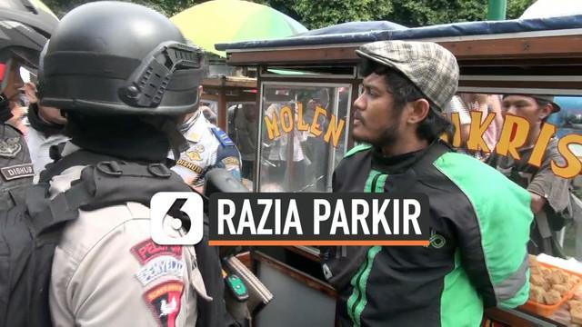 Pengemudi ojek online diamankan polisi saat razia parkir di kawasan Tanah Abang, Jakarta Pusat.