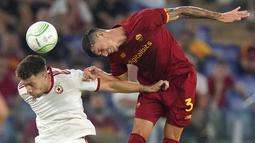 Gelandang CSKA Sofia, Yanic Wildschut berebut bola dengan pemain AS Roma, Roger Ibanez pada pertandingan grup C Liga Europa di Stadion Olimpiade Roma, Jumat (17/9/2021). AS Roma menang telak atas CSKA Sofia 5-1. (AP Photo/Andrew Medichini)