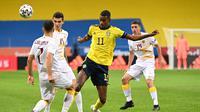 Striker Swedia, Alexander Isak (tengah) menguasai bola di antara tiga pemain Armenia dalam laga uji coba menjelang berlangsungnya Euro 2020 di Solna, Sabtu (5/6/2021). Swedia menang 3-1 atas Armenia. (AFP/Jonathan Nackstrand)