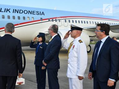 Presiden Joko Widodo atau Jokowi dan Ibu Negara Iriana Jokowi tiba di Sydney, Australia, Jumat (16/3). Kedatangan Jokowi kali ini untuk menghadiri ASEAN-Australia Special Summit 2018. (Liputan6.com/Pool/Biro Pers Setpres)