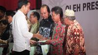 Presiden Jokowi menyerahkan sertifikat tanah ke warga di Balikpapan. (Liputan6.com/Abelda Gunawan)