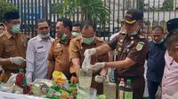 Kepala Kejari Pekanbaru Andi Suharlis memusnahkan barang bukti narkoba jenis sabu. (Liputan6.com/M Syukur)