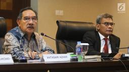Staf Khusus Presiden Johan Budi dan Mantan Ketua KPK Antasari Azhar saat diskus di Kantor Staf Presiden, Jakarta, Rabu (9/1). Diskusi itu membahas Pelayanan Rakyat Bebas Korupsi. (Liputan6.com/Angga Yuniar)