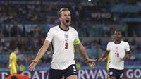 Pemain Inggris Harry Kane merayakan golnya ke gawang Ukraina pada pertandingan perempat final Euro 2020 di Stadion Olimpiade, Roma, Italia Minggu, 3 Juli 2021. (Lars Baron/Pool Photo via AP)