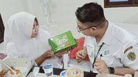 Tenaga medis di RSUD AW Syahranie Samarinda menerima paket takjil dari Wahib Herlambang, pasien sembuh Covid-19.
