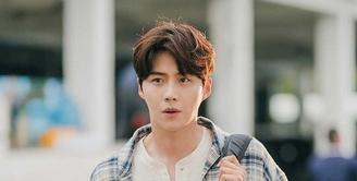 Kemudian Kim Seon Ho berperan sebagai Hong Doo Shik, pekerja serabutan yang banyak membantu orang. (Foto: Instagram/tvndrama.official)