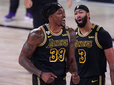 Pebasket Los Angeles Lakers, Dwight Howard dan Anthony Davis merayakan kemenangan atas Denver Nuggets pada gim kedua final wilayah barat Playoff NBA 2020, Senin (21/9/2020). Lakers menang dengan skor 105-103. (AP/Mark J. Terrill)