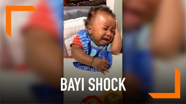 Seorang bayi laki-laki terkejut dan menangis histeris ketika melihat penampilan baru dari sang ayah. Bayi itu sampai-sampai tak mengenali sang ayah yang baru saja cukur rambut. Begini reaksinya!