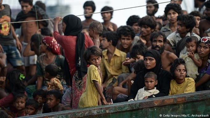 Muslim Rohingya saat melakukan pelayaran maut untuk mengungsi dari Rakhine. (AFP)