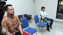 Suami dari Tiwi eks T2, Shogo Sakuramoto (kanan) menghadiri sidang perceraian di Pengadilan Agama Tigaraksa, Tangerang, Rabu (22/3). Sidang keempat ini mengagendakan replik atau jawaban dari pihak Tiwi selaku penggugat. (Liputan6.com/Herman Zakharia)