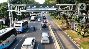 Kendaraan melintasi gerbang Electronic Road Pricing (ERP) di Jalan Medan Merdeka Barat, Jakarta, Rabu (20/11/2019). DKI Jakarta akan mengimplementasikan konsep ERP mulai tahun 2020. (merdeka.com/Iqbal Nugroho)