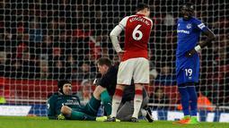 Kiper Arsenal Petr Cech mendapat perawatan medis saat melawan Everton dalam pertandingan Liga Inggris di Stadion Emirates, London (3/2). (AP Photo / Alastair Grant)