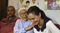 Ratna Sarumpaet (tengah) didampingi putrinya Atiqah Hasiholan (kanan) memberi keterangan di kediamannya usai dinyatakan bebas dari hukuman pidana kasus penyebaran berita bohong atau hoaks, Jakarta, Kamis (26/12/2019). Sebelumnya, Ratna divonis hukuman 2 tahun penjara. (Liputan6.com/Herman Zakharia)