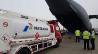 Pertamina menerbangkan 2 mobil tangki untuk membantu operasional distribusi BBM di Palu, Sulawesi Tengah. (Foto: Humas Pertamina)