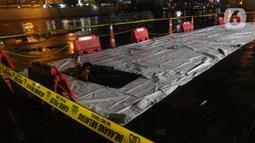 Barang temuan yang diduga serpihan pesawat Sriwijaya Air SJ 182 terlihat di Dermaga JICT 2, Jakarta, Minggu (10/1/2021) dini hari. Sriwijaya Air SJ 182 membawa 62 penumpang dan kru. (Liputan6.com/Helmi Fithriansyah)
