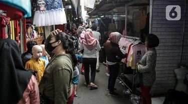 Warga berbelanja pakaian yang dijual pedagang kaki lima di Jalan Jati Baru II, Tanah Abang, Jakarta, Senin (18/5/2020). Meski kawasan niaga Pasar Tanah Abang telah tutup selama masa PSBB, namun sebagian oknum pedagang tetap menggelar lapaknya di sejumlah titik. (Liputan6.com/Faizal Fanani)