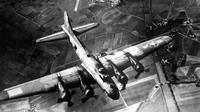 Pemboman gudang senjata di Marienburg, Jerman, pada 9 Oktober 1943. (Kredit: Angkatan Udara AS / Domain Publik)