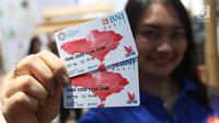 SPG menunjukkan kartu tap cas BNI saat acara IMF-Bank Dunia Grup di Nusa Dua Bali, Jumat (11/12).  Kartu Virtual Account Debit digunakan delegasi untuk mempermudah transaksi selama acara tersebut. (Liputan6.com/Angga Yuniar)