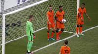 Hasil ini merupakan antiklimaks bagi Belanda yang tampil sempurna pada fase grup. Anak asuh Frank de Boer mampu menyapu Ukraina, Austria, dan Republik Ceko untuk mengoleksi sembilan angka. (AP/Laszlo Balogh, Pool)