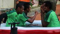 Persebaya berendam air es seusai sesi latihan. (Bola.com/Aditya Wany)