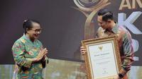 SBY, diwakili oleh AHY, menerima penghargaan dari KPAI karena selama masa kepemimpinannya selalu berkomitmen menerbitkan berbagai kebijakan yang rama anak (Foto: Nursajali Angkotasan)