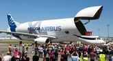 Sejumlah pilot pesawat Airbus Beluga XL menyapa pengunjung setelah melakukan penerbangan perdana di bandara Toulouse-Blagnac, Prancis, Kamis (19/7). Pesawat yang dijuluki 'paus terbang' ini memang memiliki desain mirip paus beluga. (AP/Frederic Scheiber)