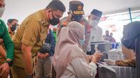 Wali Kota Medan, Bobby Nasution, mendampingi Kapolda Sumatera Utara (Sumut) Irjen Panca Putra mengecek vaksinasi terhadap mahasiswa