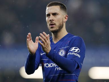 Penyerang Chelsea, Eden Hazard, memberikan aplaus kepada suporter usai laga melawan West Ham United pada laga Premier League 2019 di Stadion Stamford Bridge, Selasa (9/4). Chelsea menang 2-0 atas West Ham United. (AP/Alastair Grant)