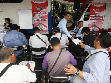 Peserta mengikuti uji SIM dan kir transportasi online di kawasan Monas, Jakarta, Senin (15/8). Kegiatan diadakan menyambut HUT Kemerdekaan RI ke-71 serta menciptakan layanan angkutan umum yang prima dan accountable. (Liputan6.com/Immanuel Antonius)