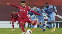Mohamed Salah dari Liverpool mencetak gol pertama timnya selama pertandingan sepak bola Liga Premier Inggris antara Liverpool dan West Ham United di stadion Anfield di Liverpool, Inggris, Sabtu, 31 Oktober 2020. (Foto AP / Jon Super, Pool)