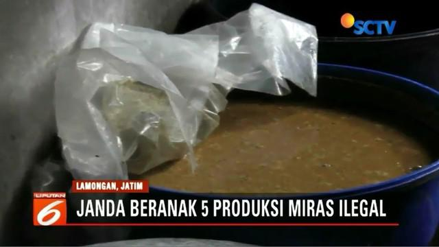 Seorang janda beranak lima di Lamongan, Jawa Timur, produksi miras ilegal di dalam rumah. Polisi sita ratusan botol miras jenis arak dan baceman.