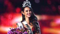 Senyum Miss Filipina, Catriona Gray setelah dinobatkan sebagai Miss Universe 2018 pada babak grand final di Bangkok, Senin (17/12). Catriona Gray berhasil mengalahkan 93 kontestan lainnya dan menyabet mahkota Miss Universe 2018. (Lillian SUWANRUMPHA/AFP)