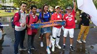 Suporter Timnas Indonesia dan Thailand, kompak saat mendukung tim kesayangan di Piala AFF 2018, Sabtu (17/11/2018) di Stadion Rajamangala, Bangkok. (Bola.com/Muhammad Ivan Rida)