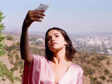 Selena sering gonta-ganti gaya rambut. Ini penampilannya saat syuting video musik lagu berjudul Wolves, kolaborasi dengan Marshmello. Dengan rambut pendek bergelombang, ia tampak cantik menggunakan pakaian berwarna pink. (Liputan6.com/IG/@selenagomez)