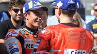 Pembalap Repsol Honda, Marc Marquez bertatap muka dengan pembalap Ducati, Jorge Lorenzo usai kualifikasi MotoGP Aragon 2018. (JOSE JORDAN / AFP)