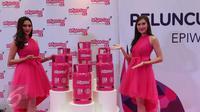 Dua SPG berpose di dekat tabung elpiji warna pink (Bright Gas) saat peluncuran Bright Gas di Jakarta, Jumat (23/10). Gas elpiji baru berwarna pink berkapasitas 5,5 kg ini dijual Rp 62.000/tabung. (Liputan6.com/Angga Yuniar)