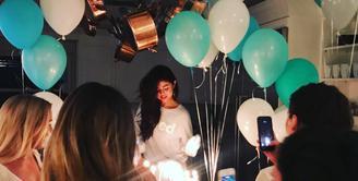 Selena Gomez mendapatkan kejutan ulang tahun dari orang-orang terdekatnya.(instagram/selenagomez)
