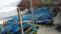 Puluhan perahu di Pantai Pasir Kecamatan Ayah, Kebumen rusak akibat terjangan gelombang tinggi pantai selatan. (Foto: Liputan6.com/BPBD Kebumen/Muhamad Ridlo)