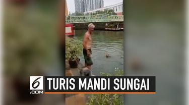Para turis begitu menikmati berenang di sungai Melaka, Malaysia. Padahal sungai tersebut terkenal telah tercemar. Namun, mereka tetap nekat berenang di sungai seolah-olah itu adalah kolam renang.