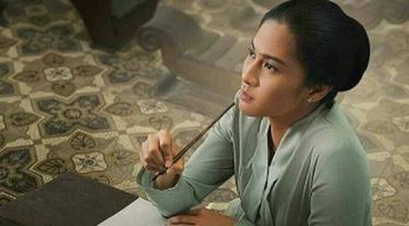 Dian Sastrowardoyo dalam poster film Kartini. (Instagram/therealdisastr)