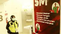Himbauan penerapan protokol kesehatan ketat jelang duel Timnas Indonesia versus Tira Persikabo di Stadion Madya, Jakarta, Rabu (3/3/2021) malam WIB. Sayangnya, laga tidak dapat digelar karena tidak mendapat izin kepolisian. (Bola.com/Muhammad Iqbal Ichsan