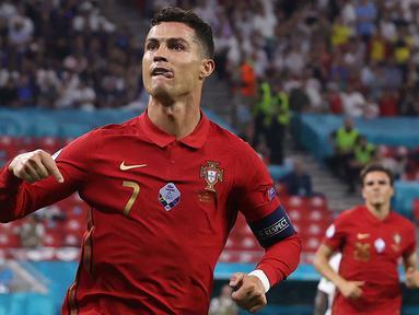 Cristiano Ronaldo dinobatkan menjadi Top Scorer Euro 2020 dengan mencatat lima gol dan satu assist dari empat laga pertandingannya bersama Portugal. Tiga dari lima gol yang ia ciptakan berasal dari eksekusi tendangan pinalti. (Foto: AFP/Pool/Bernadett Szabo)