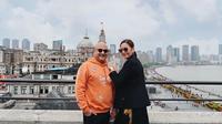 Maia Estianty dan Irwan Mussry saat berada di Shanghai. (dok. Instagram @maiaestiantyreal/https://www.instagram.com/p/BwlZ8nAluOH/Putu Elmira)