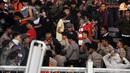 Sempat terjadi kericuhan kecil antara aparat kepolisian dengan suporter Persija (Liputan6.com/Helmi Fithriansyah).