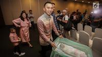 Ibas Yudhoyono bersama putrinya Gayatri Idalia Yudhoyono yang baru lahir saat jumpa pers di RS Pondok Indah, Jakarta, Selasa (2/1). Gayatri merupakan anak ketiga Ibas sekaligus cucu keempat Susilo Bambang Yudhoyono. (Liputan6.com/Faizal Fanani)