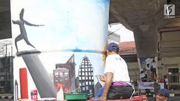 Siswa-siswi membuat mural di bawah Jalan Layang Non-tol Antasari, Jakarta, Sabtu (10/3). Sebanyak 63 tiang akan dilukis mural oleh perwakilan dari SMA dan SMK di Jakarta untuk mempercantik kawasan tersebut. (Liputan6.com/Herman Zakharia)